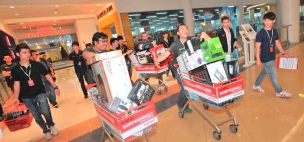Competitive approach- Mohd Azami  bin Yasin (third from right) races ahead of Ahmad  Adlyn bin Othman (second  from left) towards the finishing line with items from the IT  Hyperstore.